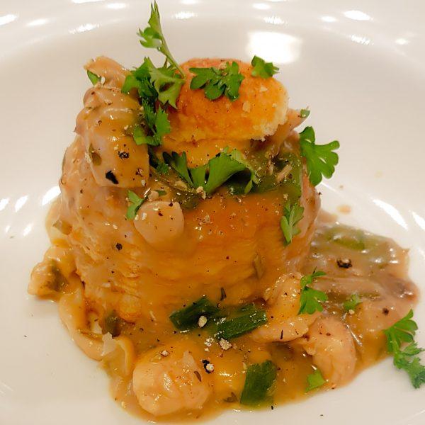 Laat de ragout op laag vuur pruttelen totdat de kip mooi zacht is en de ragout de gewenste dikte heeft. Snijd de lente ui in dunne ringetjes en roer deze er op het einde doorheen. Serveer de ragout met pasteitjes of pasta en een frisse salade. Garneer de ragout met versgemalen zwarte peper en verse peterselie. Smakelijk!