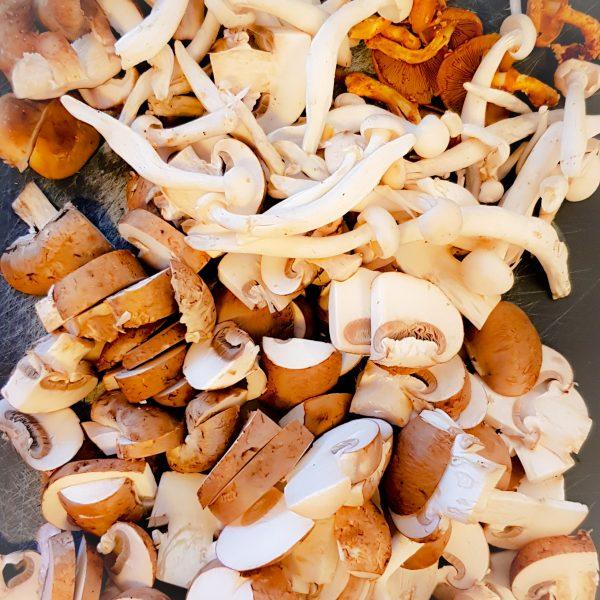Snipper de ui en de knoflook en voeg toe aan de kip als deze gaar is en bak een paar minuten mee. Snijd vervolgens de gemengde paddenstoelen in grove stukken en voeg toe aan de pan. Voeg verse of gedroogde tijm toe naar smaak. Ik gebruik meestal ongeveer 1 el. Bak dit een paar minuten totdat de paddenstoelen iets geslonken zijn.