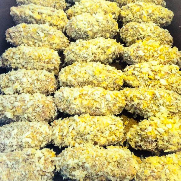 Strijk het mengsel uit in een ondiepe ovenschaal en laat het afkoelen. Zodra het mengsel is afgekoeld kun je de kroketjes gaan rollen. Zet 3 diepe borden of kommen klaar met in de eerste wat bloem, in de tweede het opgeklopte ei en in de derde de panko. Rol de kroketjes eerst door de bloem, dan door het ei en dan door de panko. Ga zo door totdat je alle kroketjes hebt gehad en het mengsel op is. Frituur de kroketjes ongeveer 5 minuten op 180 graden. De tijd is afhankelijk van de grootte van de kroketjes. Smakelijk!