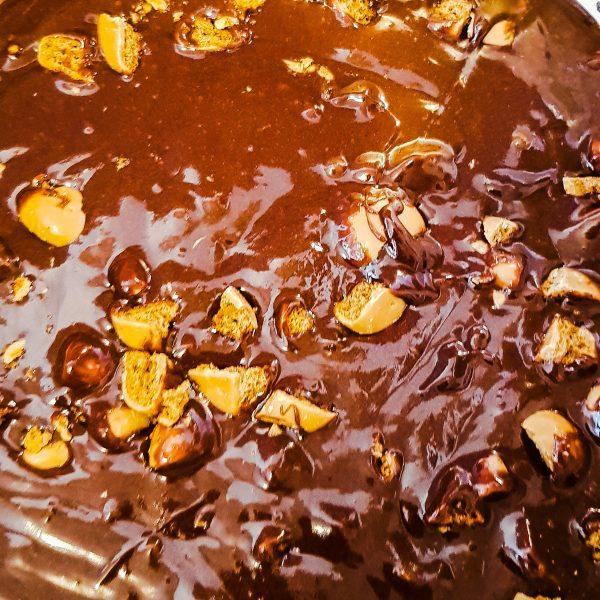 Hak de karamelpepernoten in grove stukken en roer deze door het beslag. Voeg de dulce de leche in kleine klontjes toe en roer dit ook door het beslag.