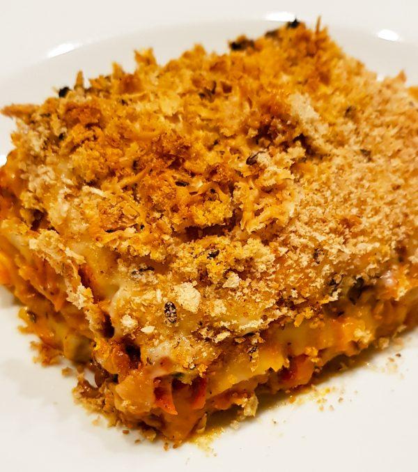 Verkruimel 2 sneetjes brood in een keukenmachine en strooi de broodkruimels over de lasagne. Bak de lasagne 45 minuten op een voorverwarmde oven (180 graden). Je kunt de laatste 5 tot 10 minuten de grill aanzetten voor een lekkere gegratineerde kaaslaag. Let wel goed op, want het kan snel verbranden en dat is zonde. Smakelijk!