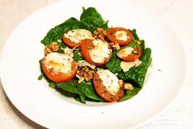 Caprese salade uit de oven met spinazie, groene pesto en walnoten