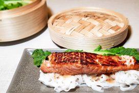 Miso zalm met gestoomde paksoi en rijstnoedels
