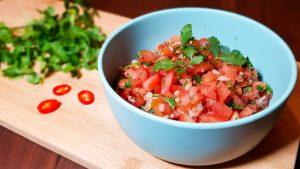 Indiase tomatenrelish met rode peper en koriander