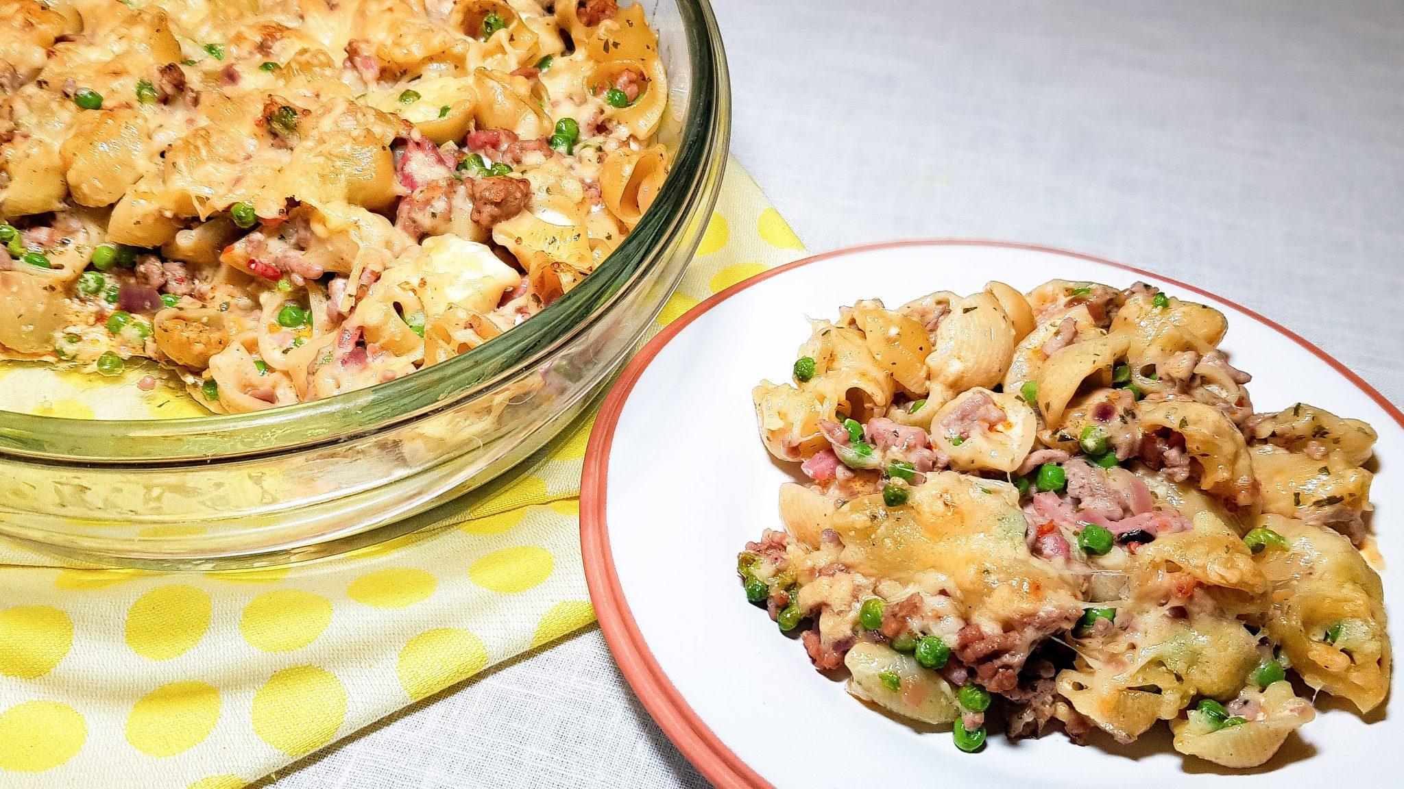 Macaroni schotel met gehakt en erwtjes