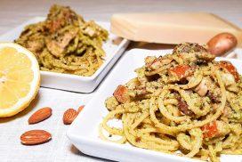 Spaghetti met groene olijvenpesto, gerookte kip en kastanjechampignons