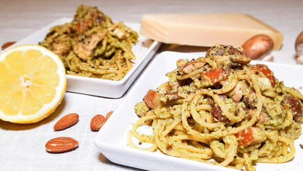 Spaghetti met olijvenpesto en gerookte kip