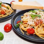 Spaghetti met gegrilde tomaatjes, basilicum en ansjovis