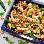 Griekse salade met halloumi en pita croutons