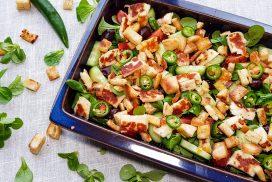 Griekse salade met halloumi en pitacroutons