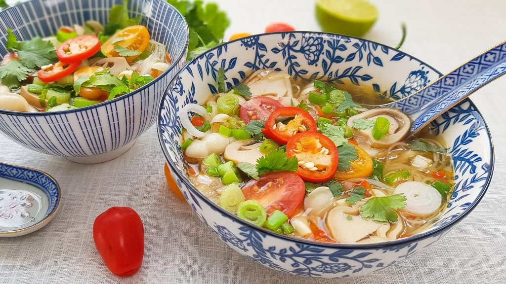 Vegetarische Tom Yum soep uit Thailand met stropaddestoelen. Een zure pittige soep uit Thailand