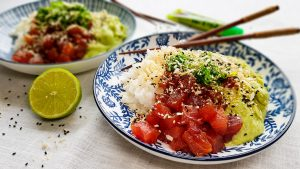 Verse tonijn met avocadopuree, wakame, sushirijst en panko-sesamkruimels
