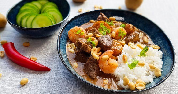Snelle Massaman curry met biefstuk en garnalen