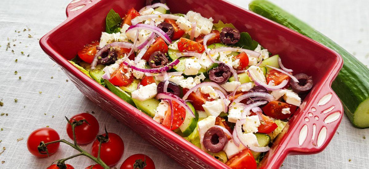 Griekse salade met kalamata olijven en feta
