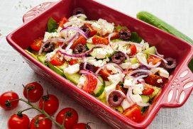 Griekse salade met kalamata olijven, feta, tomaatjes en komkommer