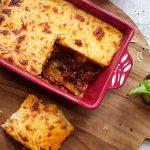 Moussaka uit de oven met aubergine, gehakt, aardappel en bechamelsaus