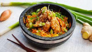 Kimchi salade met krokante kip