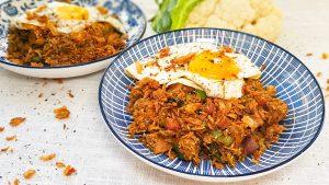Surinaamse nasi met bloemkoolrijst, kip en hamblokjes