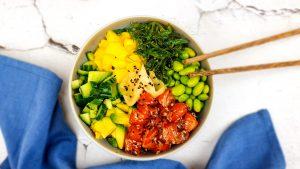 Sushibowl met gemarineerde zalm en mango