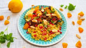 Marokkaanse kip met abrikozen, granaatappel, olijven en parelcouscous