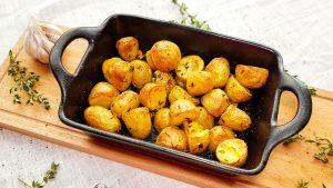 Gebakken aardappeltjes met knoflook en tijm uit de oven
