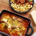 Italiaanse kalfsgehaktballetjes in tomatensaus met mozzarella en groene pesto uit de oven