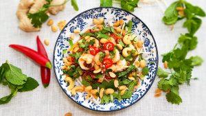 Vietnamese gambasalade met noedels en koriander