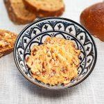Zelfgemaakte kruidenboter met zongedroogde tomaatjes, pijnboompitten en parmezaanse kaas