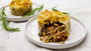 Krokante filodeeg taartjes met paddenstoelen, truffelolie en halloumi
