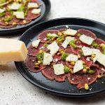 Hertencarpaccio met truffelpesto en Parmezaanse kaas