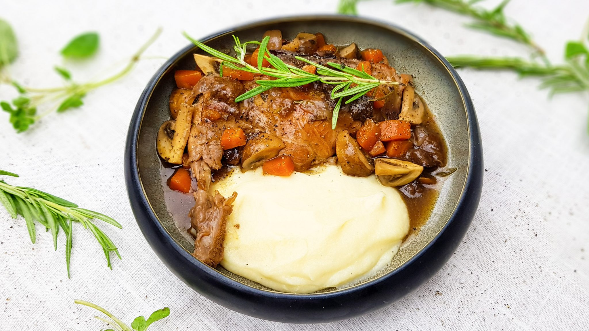 Gestoofde konijnenbouten met wortel, pruimen en champignons & pastinaakpuree