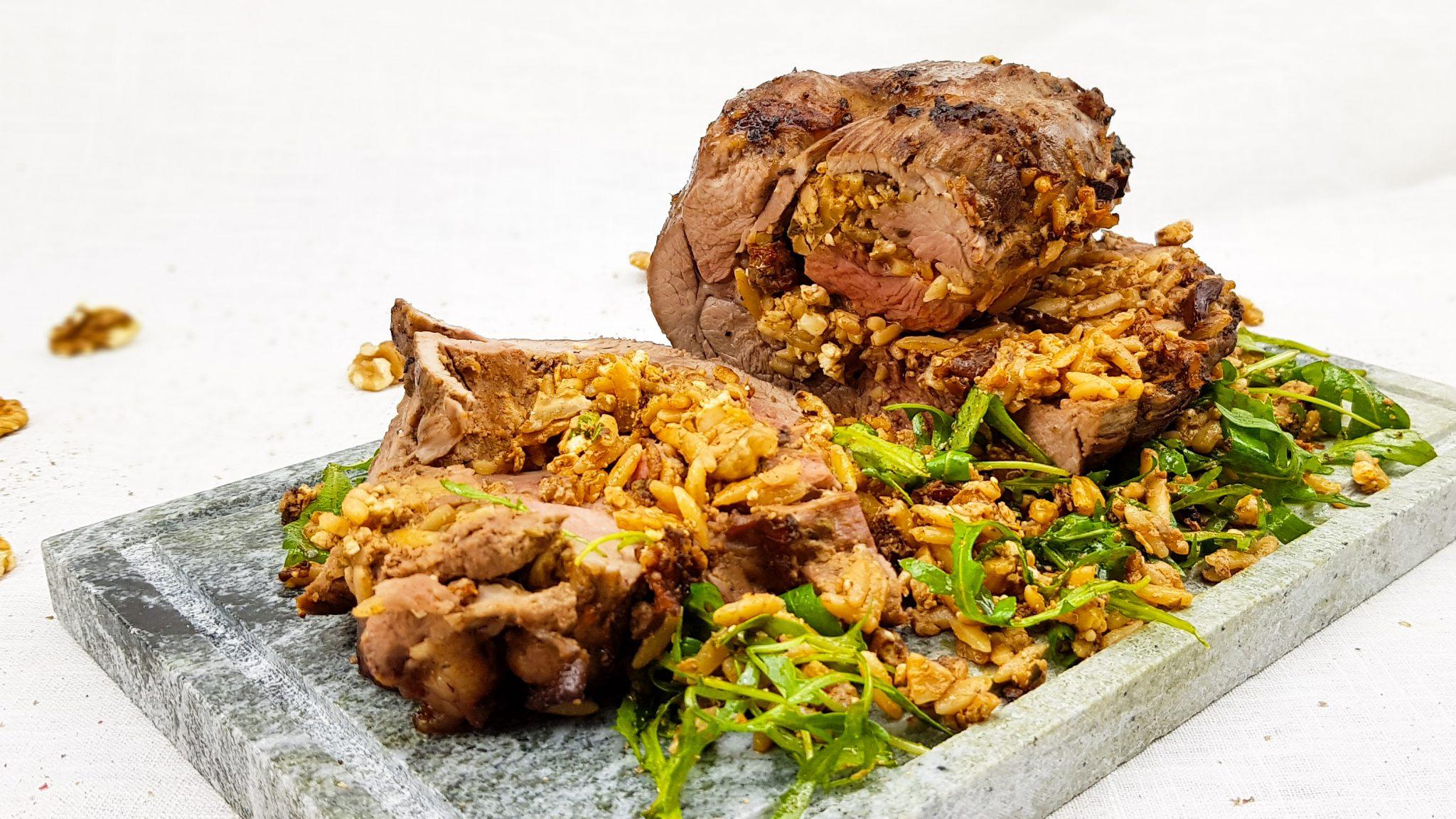 Gevulde kalkoen rollade met orzo, walnoten, feta en olijven