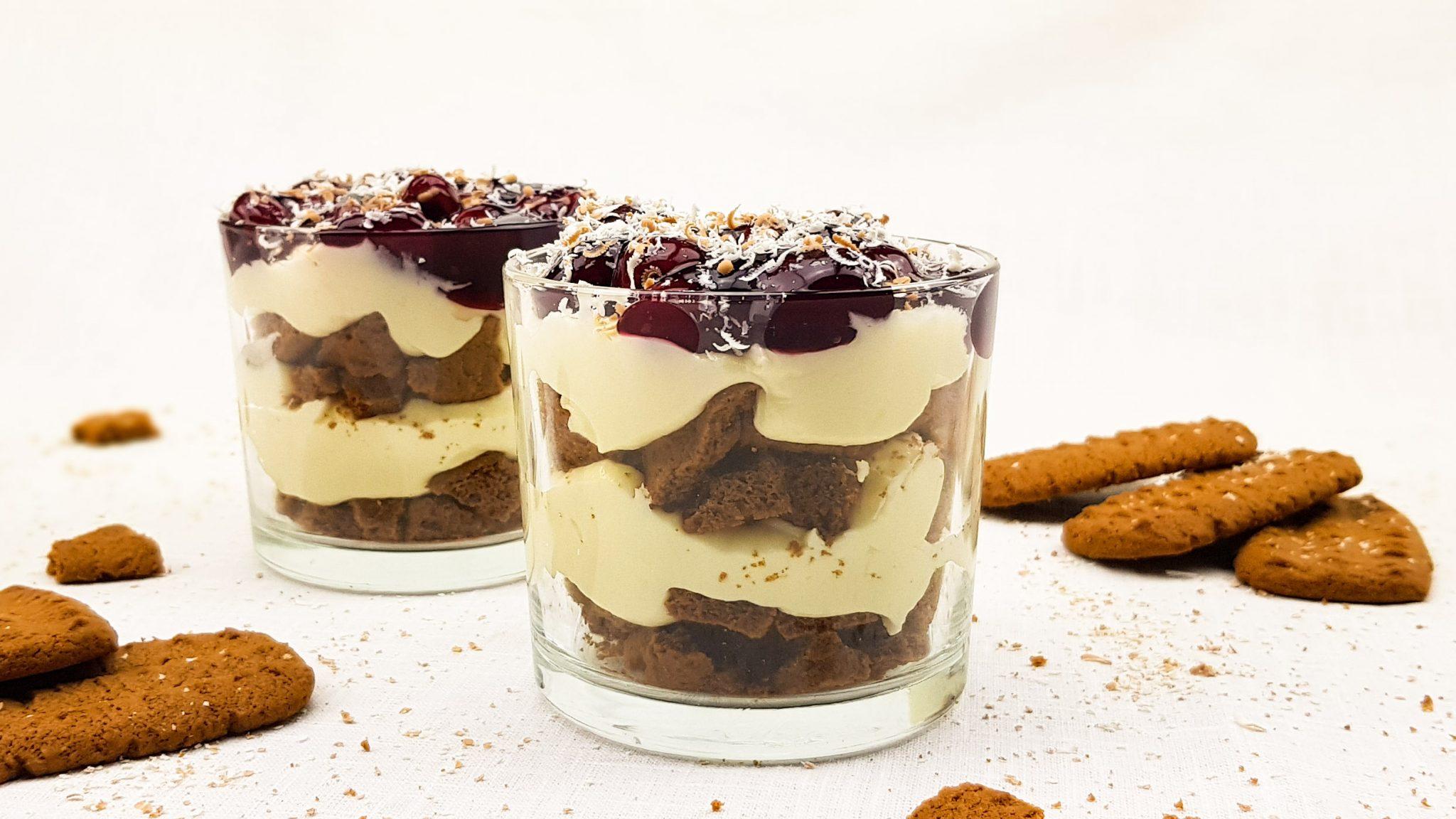 Monchou toetje met witte chocolade en kersen