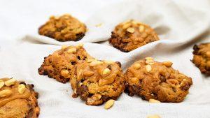 Snickers koekjes met karamel fudge en pinda's