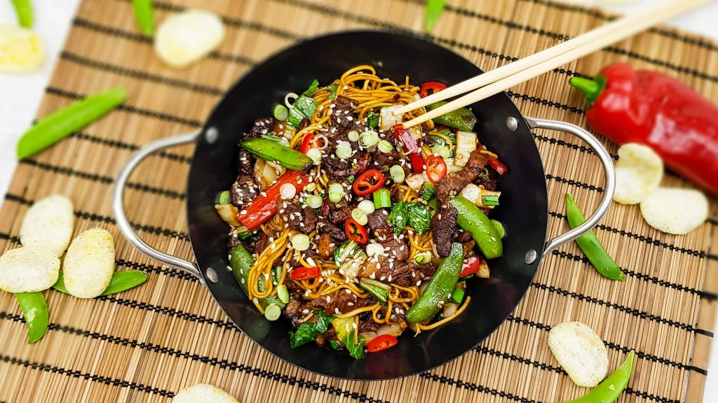 Chinese mie met sojaspeklapjes, sugarsnaps, paprika, paksoi en sesam