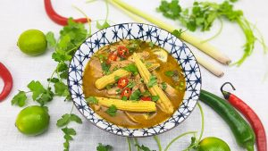Groene curry met kippendijen, Thaise aubergine en babymais