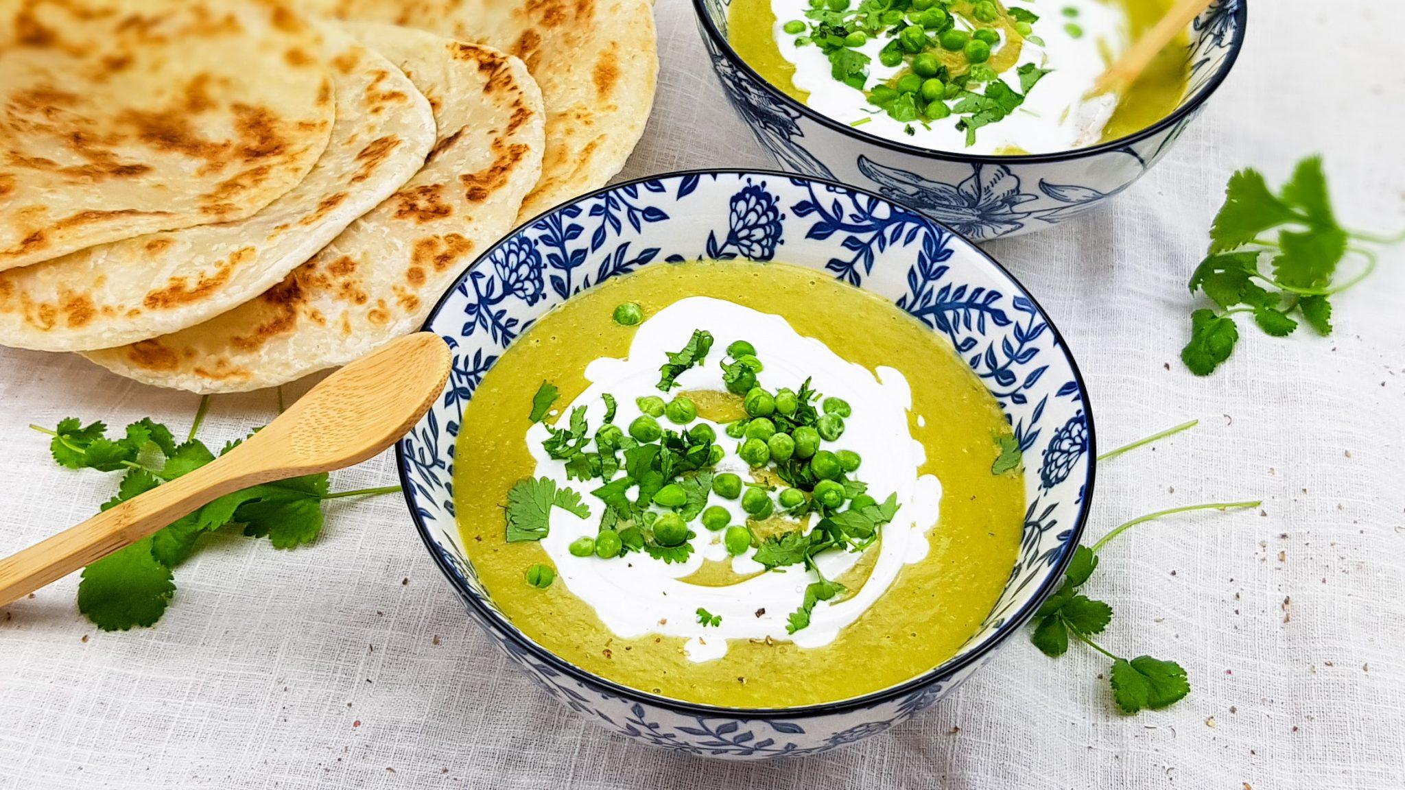 Doperwtensoep met groene curry en noedels