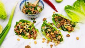 Thaise larb salade van varkensgehakt en pinda's