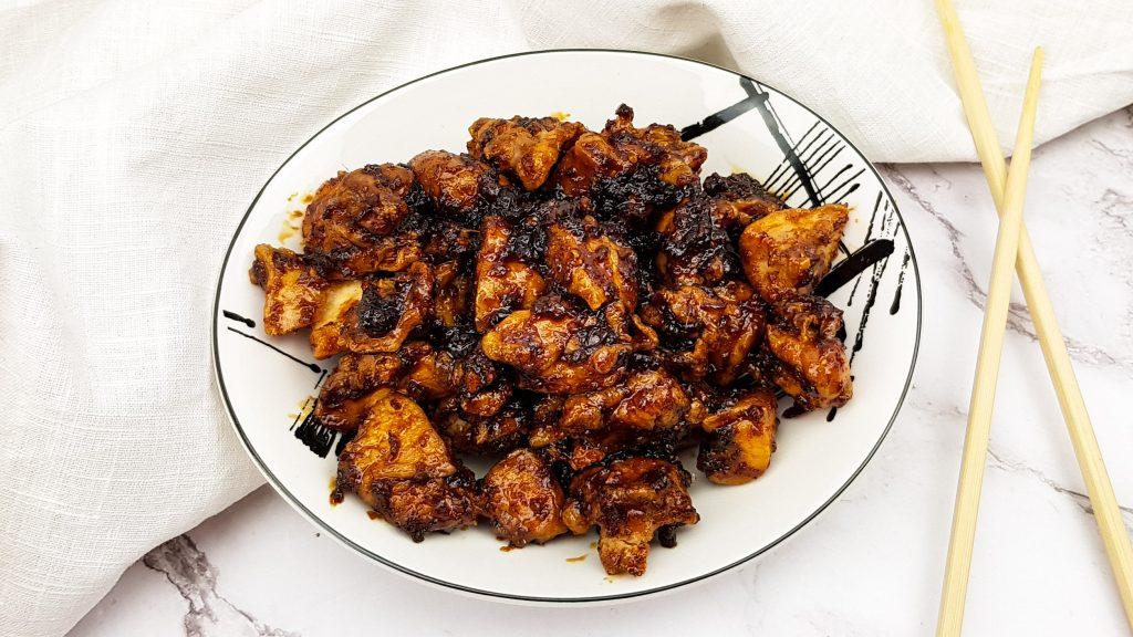 Ajam Betawi: Krokante gefrituurde kip in pittige ketjapsaus