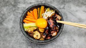 Bibimbap: Koreaanse bibimbap met entrecote, groenten en een eitje