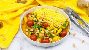 Gele curry met noedels, tomaatjes, babymais en courgette