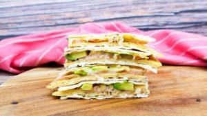 Lunch quesadilla's met gerookte zalm, gebakken ei, avocado en kaas