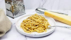 Cacio e pepe: Spaghetti in romige saus met parmezaanse kaas en zwarte peper
