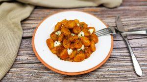 Gebakken gnocchi met patatas bravas saus, spekjes en mozarella