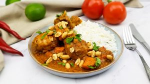 Pinda kipcurry uit Afrika met zoete aardappel en koriander