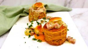 Pasteitjes met witte asperges, ham en een gepocheerd eitje