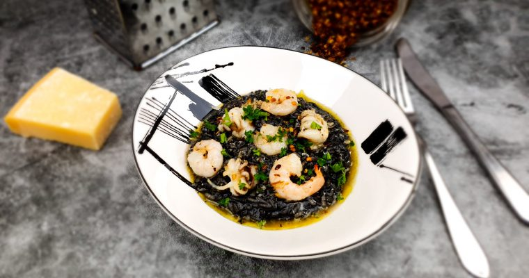 Risotto nero: Zwarte risotto met inktvis en garnalen