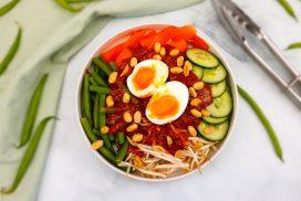 Gado gado met zelfgemaakte satésaus en een zachtgekookt eitje