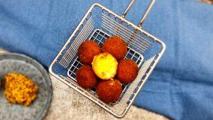 Kaas bitterballen met mosterd en peterselie