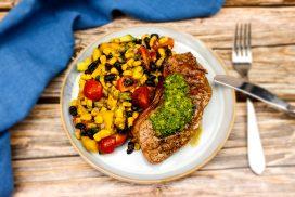 Entrecote met chimichurri en salade van mais, tomaten, avocado en zwarte boontjes